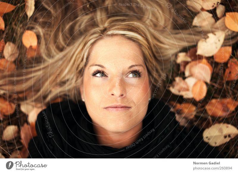 autumn schön Junge Frau Jugendliche Haare & Frisuren Auge 1 Mensch 18-30 Jahre Erwachsene Herbst Gras Blatt brünett blond langhaarig Denken frei natürlich braun