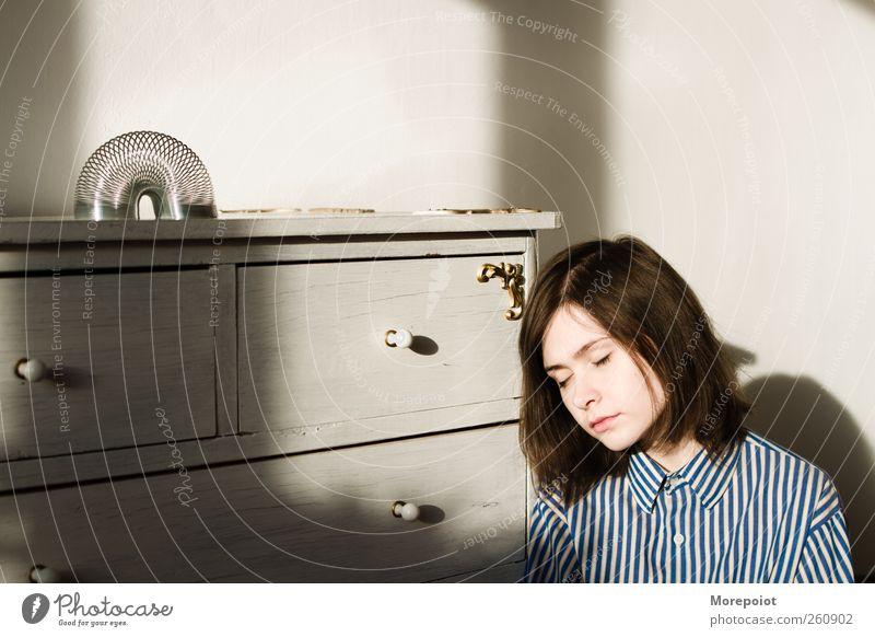 Mensch Jugendliche weiß schön Haus Erwachsene Gesicht Auge feminin Wand Holz grau Kopf Haare & Frisuren Mauer sitzen