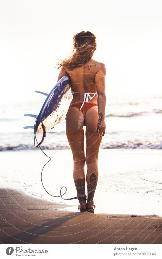 Surferin beim Stehen am Strand Lifestyle sportlich Fitness Leben Wohlgefühl feminin Junge Frau Jugendliche 1 Mensch 18-30 Jahre Erwachsene Schwimmen & Baden