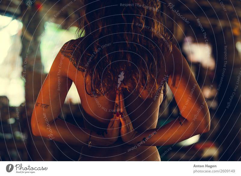 Namaste Lifestyle elegant exotisch feminin Junge Frau Jugendliche 1 Mensch 18-30 Jahre Erwachsene Leidenschaft Erotik Yoga langhaarig tätowiert üben heilig