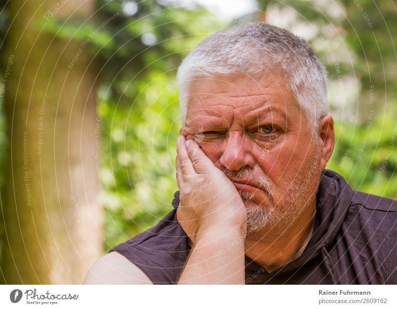 Porträt von einem mißmutig blickenden Mann Garten Mensch maskulin Erwachsene Männlicher Senior Kopf 1 60 und älter alt atmen sitzen Traurigkeit Einsamkeit