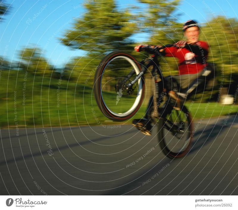 Lucky Luke Fahrrad Licht Sportpark Rad Helm Fröhlichkeit Unschärfe Extremsport Himmel Manual hell Sonne Abend Dynamik Bewegung