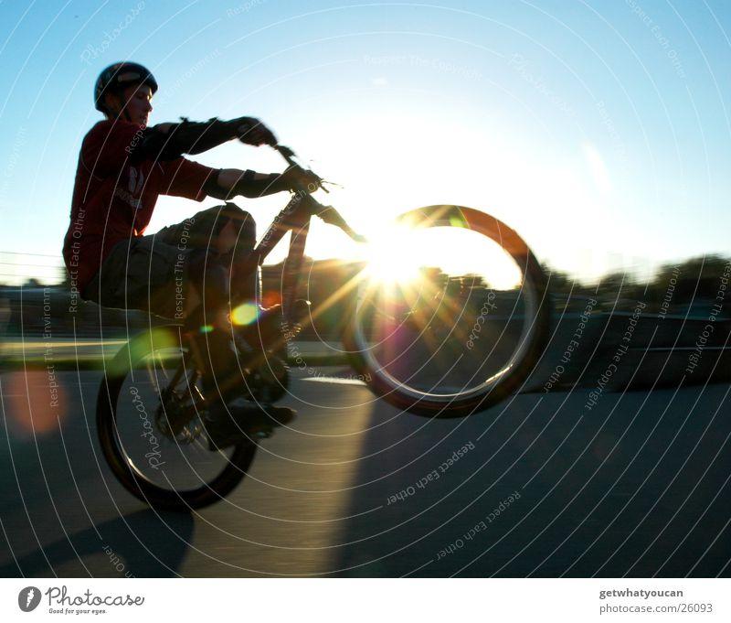 Wenns Gegenlicht im Radel bricht Fahrrad Licht Sportpark dunkel Helm Extremsport Himmel Manual hell Sonne Abend Linseneffekt