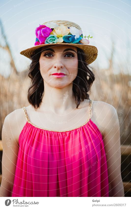 Hübsche brünette Frau Lifestyle Stil schön Mensch Erwachsene Natur Landschaft Blume Mode Bekleidung Kleid Hut Erotik niedlich retro Mädchen jung