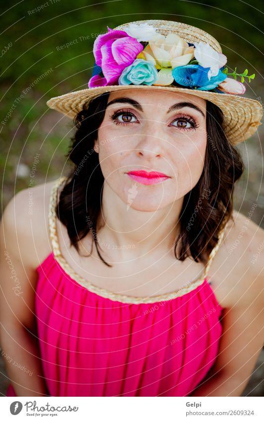 Stylische Frau mit einem roten Kleid Lifestyle Stil schön Mensch Erwachsene Natur Landschaft Blume Mode Bekleidung Hut brünett Erotik niedlich retro rosa