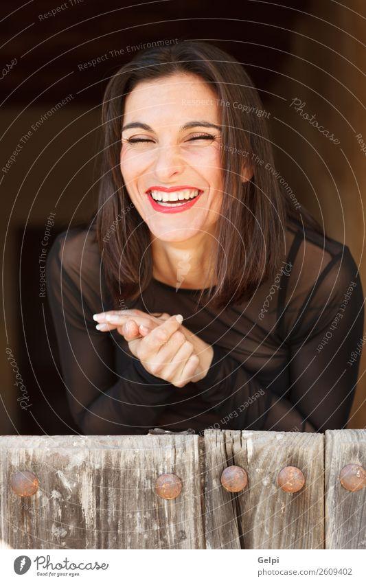 Hübsche brünette Frau Lifestyle elegant Stil Glück schön Haut Gesicht Freiheit Mensch Erwachsene Lippen Hand Natur Wetter Mode Bekleidung Holz Lächeln lachen
