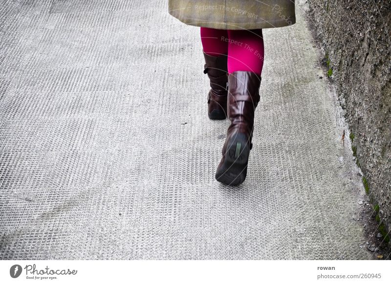 forschen schrittes Stil Mensch feminin Junge Frau Jugendliche grau Spaziergang Bürgersteig Strumpfhose Stiefel rosa violett gehen schreiten Bewegung Fuß Beine