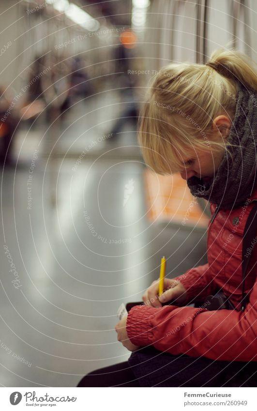 In der U-Bahn. Mensch Frau Jugendliche Stadt Erwachsene feminin Denken orange Junge Frau Freizeit & Hobby geschlossen warten 18-30 Jahre fahren Bank Italien