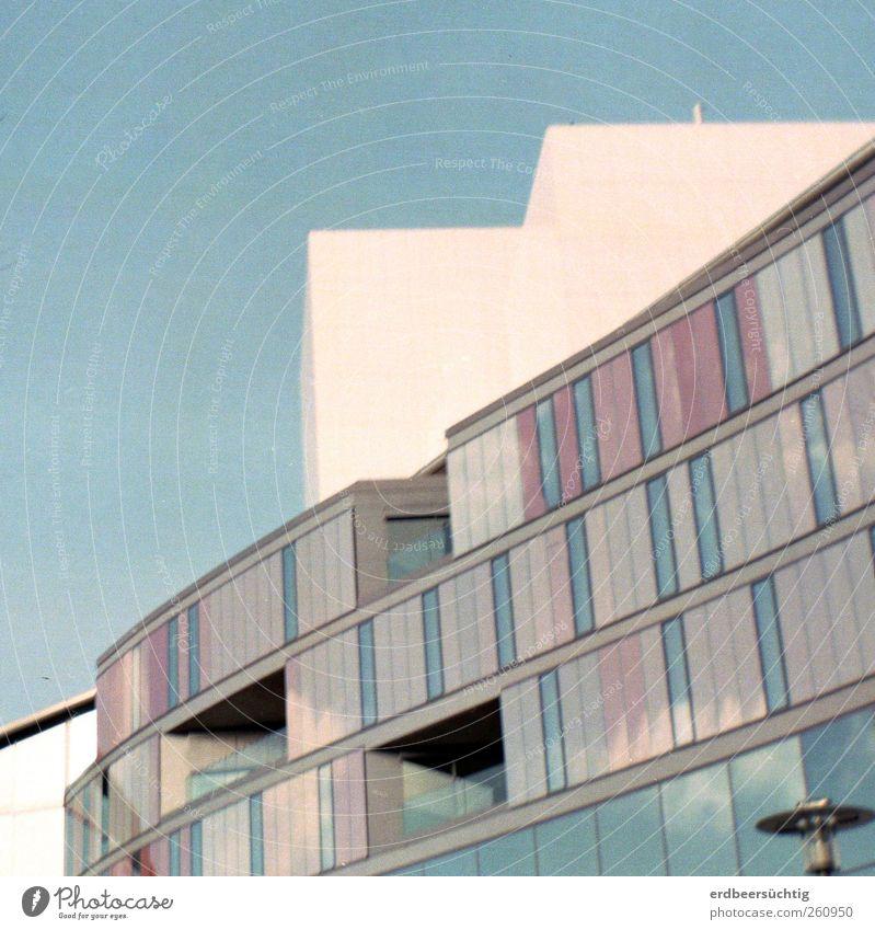 ||||| Himmel blau Stadt Fenster Architektur hell Arbeit & Erwerbstätigkeit Glas Fassade Beton modern lernen Zukunft Bildung Bauwerk Freundlichkeit