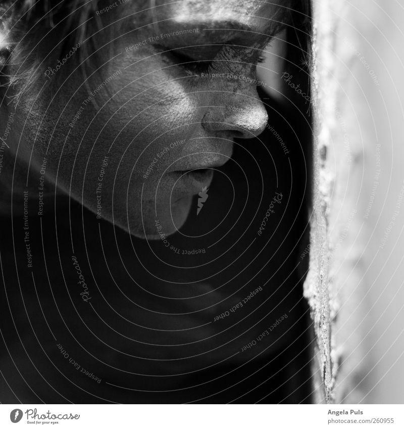 phoenix Mensch feminin Frau Erwachsene Kopf 1 Staub liegen schlafen nah Gefühle Stimmung ruhig Hoffnung Glaube demütig Schwarzweißfoto Innenaufnahme