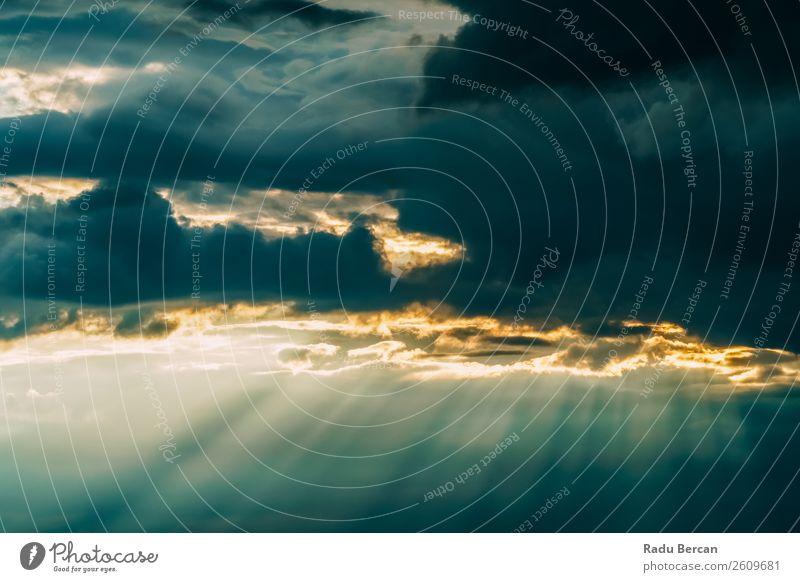 Schöner Sonnenschein strahlt in grauen Wolken nach heftigem Sturm Abenteuer Ferne Freiheit Sommer Umwelt Natur Landschaft Luft Himmel nur Himmel Gewitterwolken