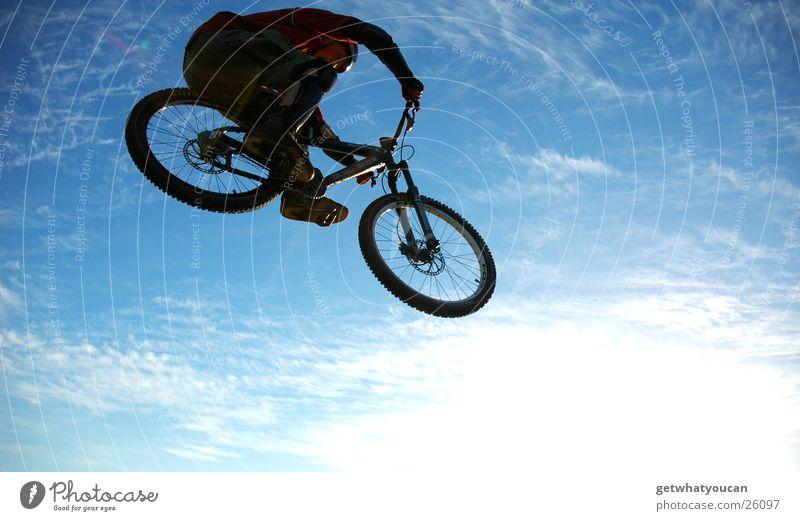 Die Radel gen Süden zieh'n Fahrrad Licht Sportpark Helm Unschärfe springen Ferne Extremsport Himmel hell Sonne Abend Silouette Bewegung Fug Mut hoch
