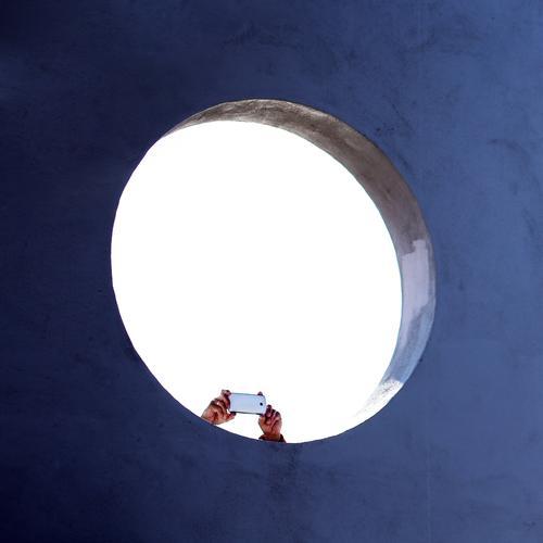 Überraschung | kurze Beine Mensch Hand Architektur Leben Wand Mauer Kreativität Perspektive Idee beobachten Beton Neugier Sehenswürdigkeit entdecken planen