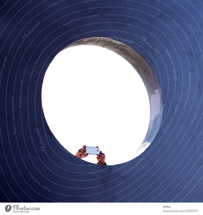 Überraschung | kurze Beine PDA Fotokamera Hand 1 Mensch Bauwerk Architektur Seebrücke Mauer Wand Loch Sehenswürdigkeit Beton beobachten festhalten Blick