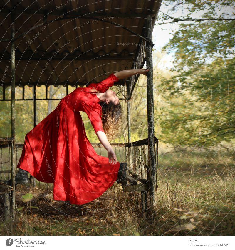 Die Tänzerin feminin Frau Erwachsene 1 Mensch Schönes Wetter Park Wiese Wald Gartenhaus Kleid Stiefel blond langhaarig Bewegung Tanzen schön rot Freude