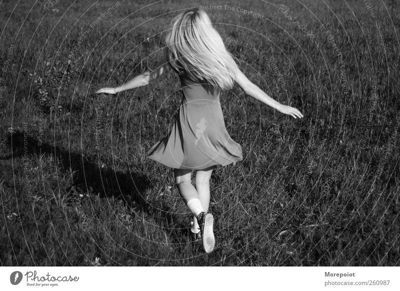 Glücklich feminin Junge Frau Jugendliche Körper 1 Mensch 18-30 Jahre Erwachsene Erde Sonne Sommer Gras Kleid blond langhaarig genießen springen Tanzen frei