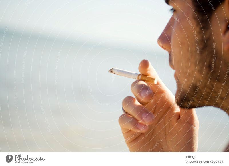 Sommer maskulin Junger Mann Jugendliche Gesicht 1 Mensch 18-30 Jahre Erwachsene Schönes Wetter Meer schön Bart Barthaare Dreitagebart rauchend Zigarette Rauchen