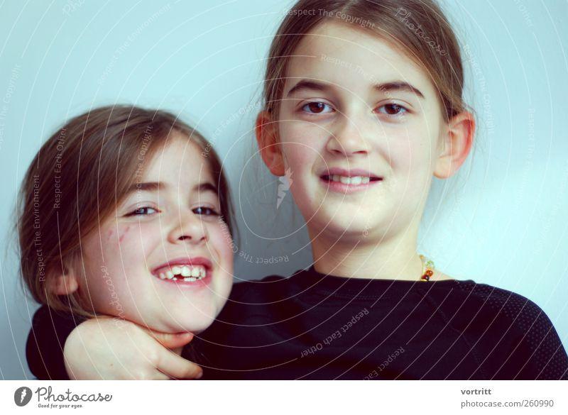 Schwesternliebe Mensch Kind Mädchen Freude lachen Freundschaft Kindheit Fröhlichkeit festhalten Lächeln brünett 8-13 Jahre Umarmen Scheitel 3-8 Jahre