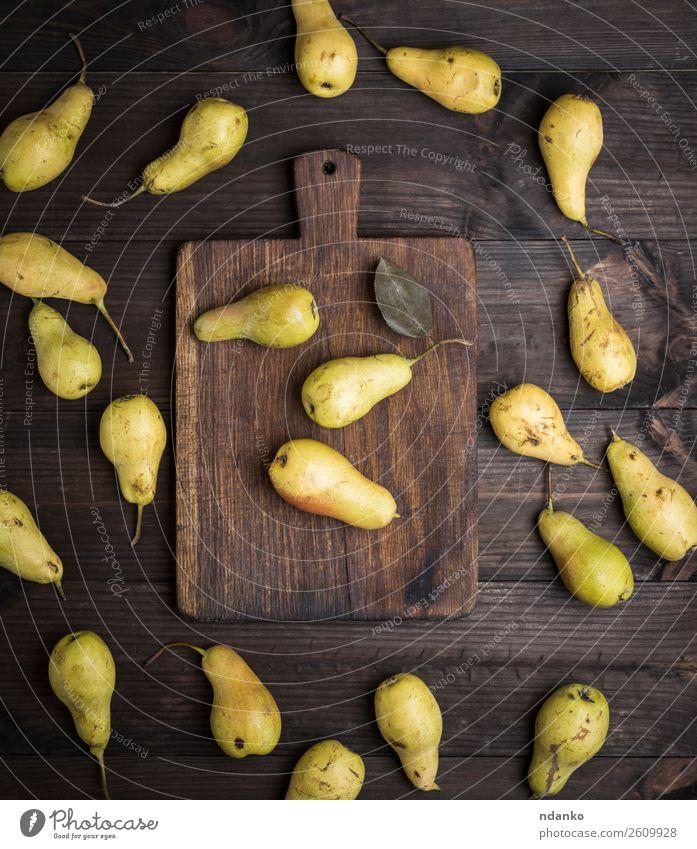 frische, reife gelbe Birnen Frucht Ernährung Vegetarische Ernährung Diät Tisch Natur Holz alt Essen lecker natürlich oben braun grün Ackerbau Hintergrund