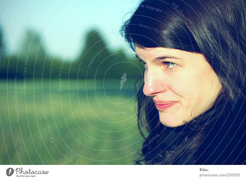 Auf den ersten Blick. Mensch feminin Junge Frau Jugendliche Gesicht 1 18-30 Jahre Erwachsene Natur schwarzhaarig brünett langhaarig beobachten Denken Lächeln