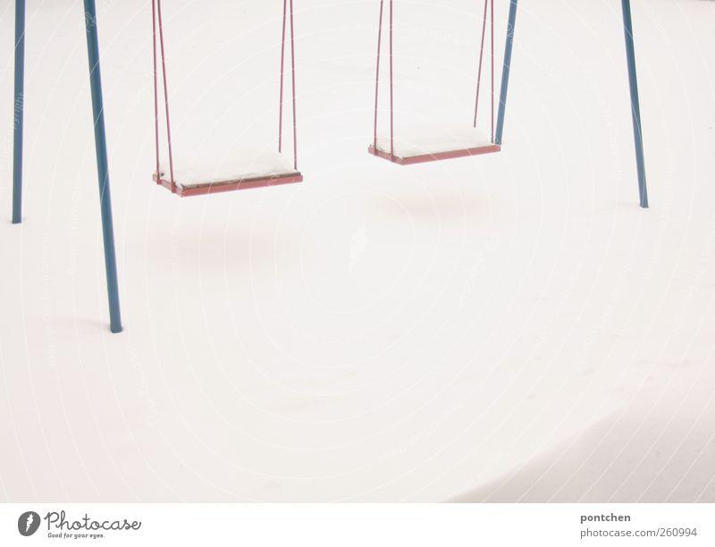 dem winter trotzen Natur blau weiß rot Winter kalt Schnee hängen Schaukel Spielplatz schlechtes Wetter Anschnitt Kinderspiel
