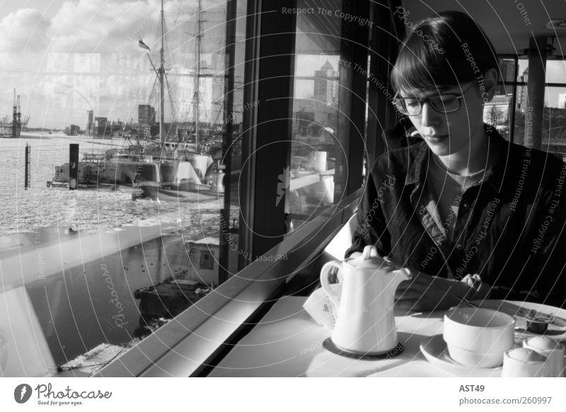 Fernweh Kaffeetrinken Tasse Tisch Frau Erwachsene 1 Mensch 18-30 Jahre Jugendliche Hamburg Hafenstadt Sehenswürdigkeit sitzen Erholung Ferien & Urlaub & Reisen