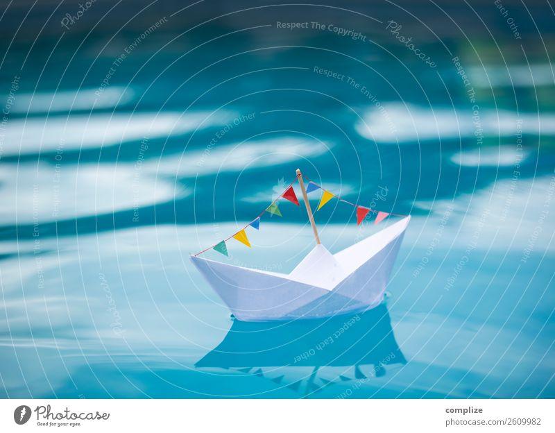 Papierschiff mit bunter Wimpelkette im blauen Wasser Kind Ferien & Urlaub & Reisen Sonne Meer Freude Strand Gesundheit Glück Feste & Feiern Party See