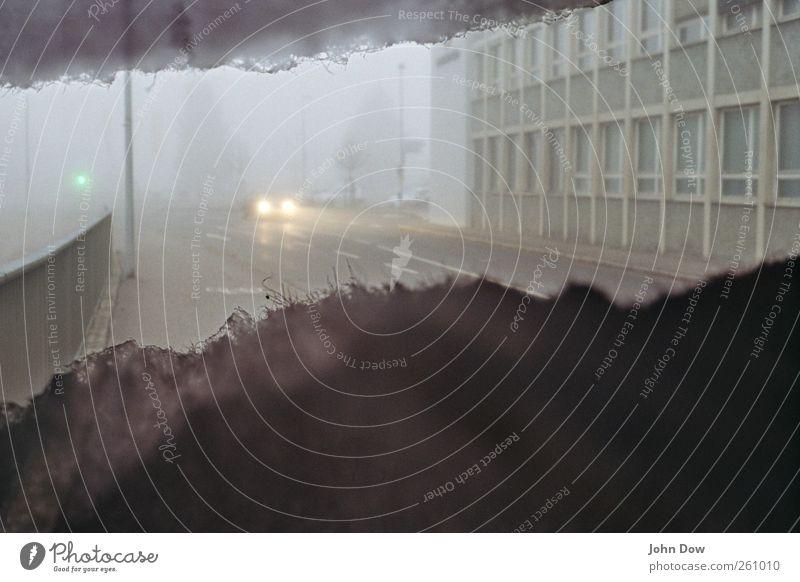 Nebelleuchte Abenteuer Stadt Haus Fassade Fenster Verkehrsmittel Autofahren Straße Wege & Pfade Ampel PKW dunkel kalt grau Nebelschleier Nebelstimmung