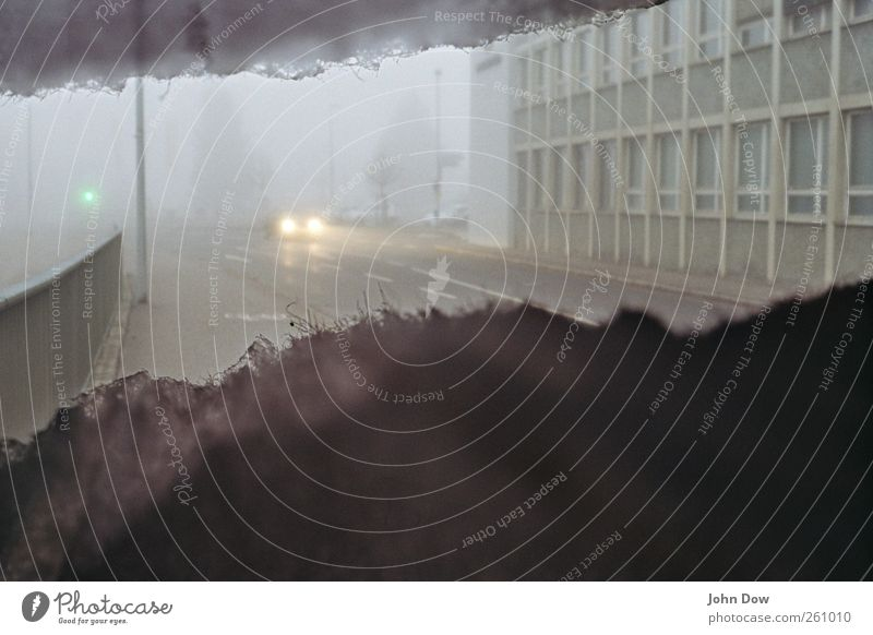 Nebelleuchte Stadt Haus Fenster Straße dunkel kalt Wege & Pfade grau PKW Beleuchtung Fassade Abenteuer trist fahren analog