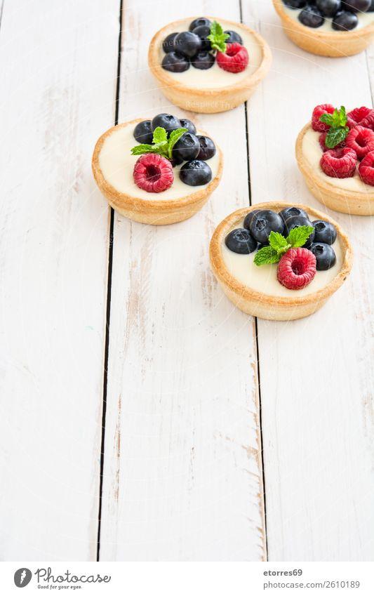 Köstliche Törtchen Blaubeeren Himbeeren Frucht Dessert Lebensmittel Foodfotografie Gesunde Ernährung Speise lecker Sahne Vanillepudding Snack verglast Backwaren