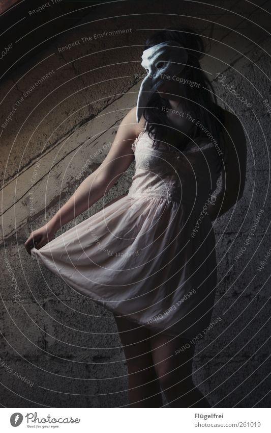 diagonal feminin Frau Erwachsene 1 Mensch 18-30 Jahre Jugendliche stehen Wand Gemäuer Speicher Kleid zart Maske Vogel Schnabel Tier Arme Einsamkeit verträumt
