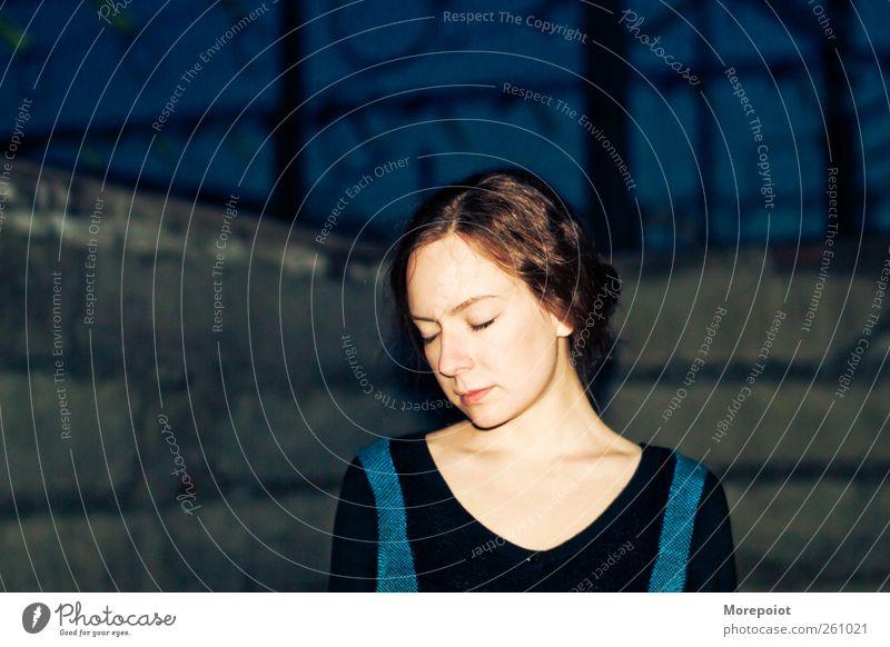 Mensch Jugendliche blau schön Erwachsene Gesicht Auge feminin Wand Gefühle Kopf Haare & Frisuren Mauer träumen Haut ästhetisch
