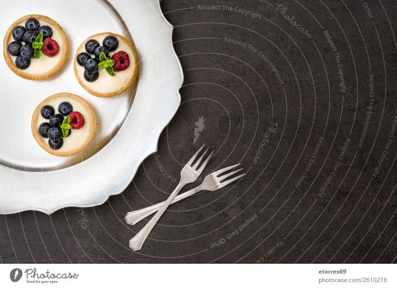 Köstliche Törtchen mit Himbeeren und Heidelbeeren Blaubeeren Frucht Dessert Lebensmittel Gesunde Ernährung Foodfotografie Speise lecker Sahne Vanillepudding
