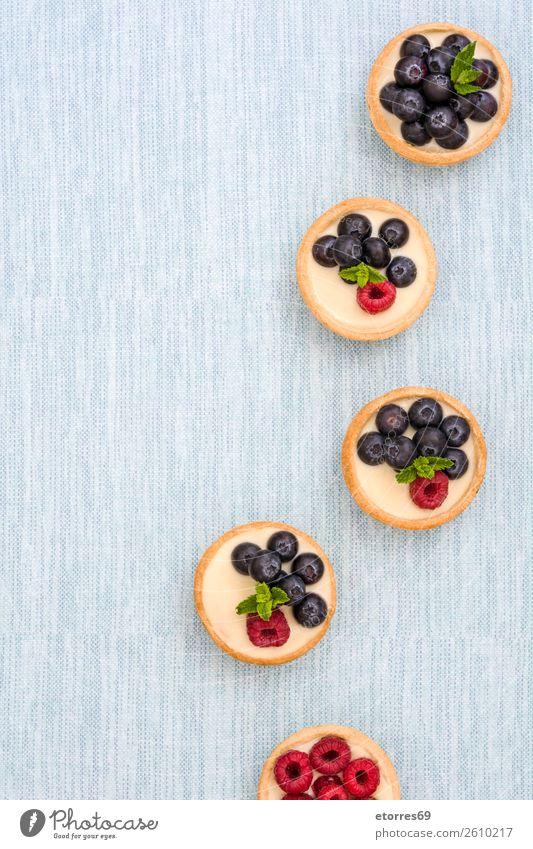Köstliche Törtchen mit Himbeeren und Heidelbeeren Teilchen Blaubeeren Frucht Dessert Lebensmittel Gesunde Ernährung Foodfotografie Speise lecker Sahne Creme