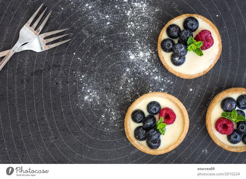 Köstliche Törtchen mit Himbeeren und Heidelbeeren Blaubeeren Frucht Dessert Lebensmittel Gesunde Ernährung Foodfotografie Speise lecker Sahne Creme