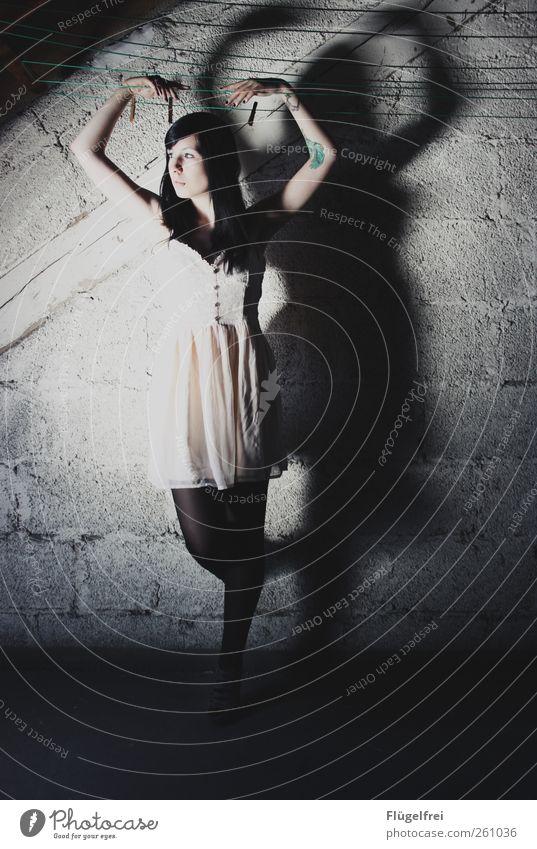 Innerlich tanzen feminin Frau Erwachsene 1 Mensch 18-30 Jahre Jugendliche stehen Puppe Wäscheleine Tattoo Kleid Arme Ballerina Tanzen Blick hell Speicher Mauer