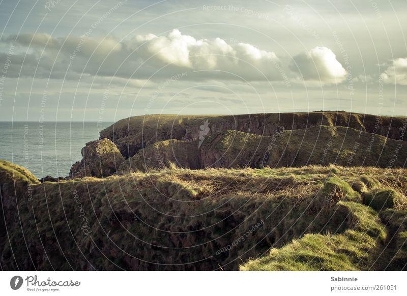 Bullers of Buchan Natur Landschaft Urelemente Erde Himmel Wolken Sonne Gras Felsen Wellen Küste Seeufer Meer Klippe Aberdeen Schottland frei natürlich wild