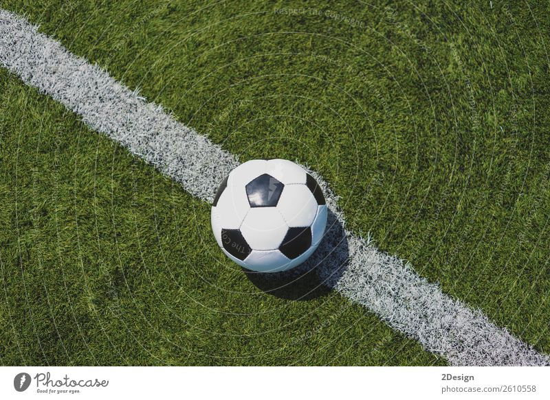 Vintage-Fußball auf grünem Gras über die weiße Linie Sport Sportmannschaft Erfolg Stadion Leder frisch Konkurrenz Errungenschaft American Football - Ball