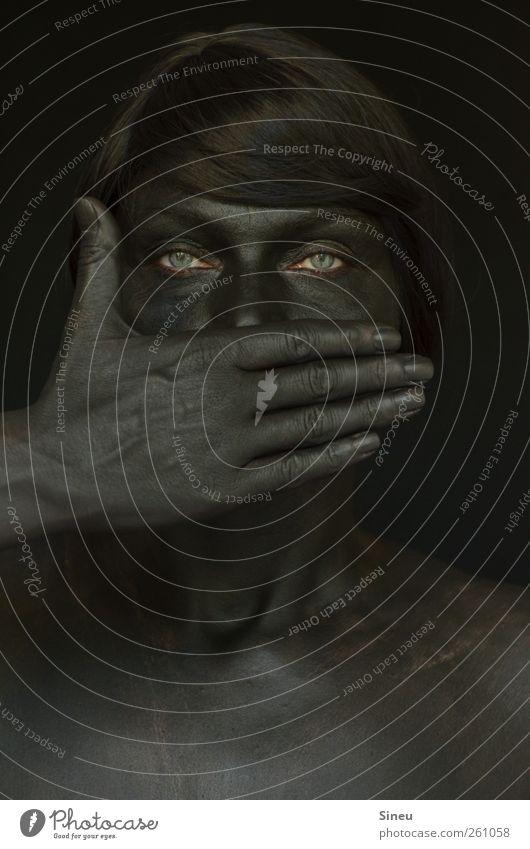 Nicht zu Wort kommen. Frau Hand schwarz Gesicht Erwachsene Auge dunkel kalt sprechen Kopf warten beobachten geheimnisvoll gruselig Kontrolle Verbote