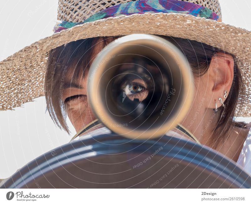 Eine Frau, die ein Fernglas in der Stadt benutzt und auf dich schaut. schön Ferien & Urlaub & Reisen Tourismus Ausflug Mensch feminin Junge Frau Jugendliche