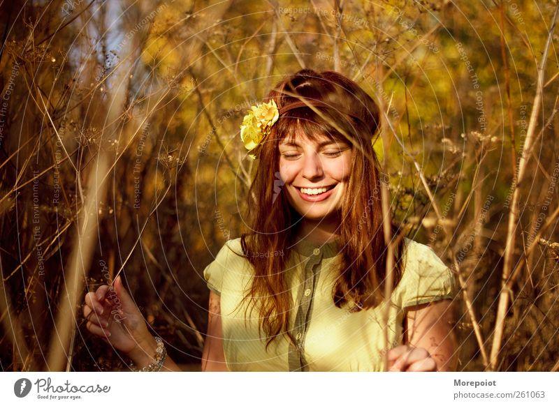Mensch Natur Jugendliche schön Baum Pflanze Gesicht Erwachsene Wald Auge gelb Herbst feminin Gras Kopf Haare & Frisuren
