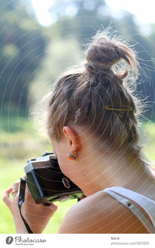 analoge Annäherung III Mensch feminin Junge Frau Jugendliche Kopf Ohr Rücken Hand Schulter 1 Umwelt Natur Sommer Schönes Wetter hell schön Freude Glück