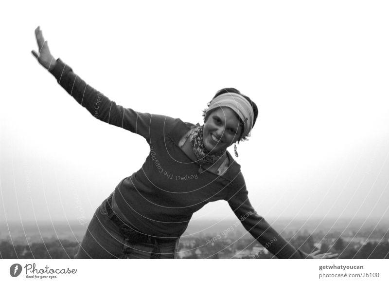 Düsenjäger Frau zappeln Kopftuch Wiese Hügel Dorf Haus Unschärfe Schwarzweißfoto lustig Beine Berge u. Gebirge Rasen lachen fliegen Arme