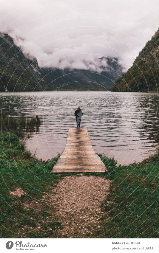 Am Ende des Steges Frau Mensch Natur Ferien & Urlaub & Reisen Jugendliche Junge Frau Wasser Landschaft Wolken Einsamkeit ruhig Berge u. Gebirge 18-30 Jahre