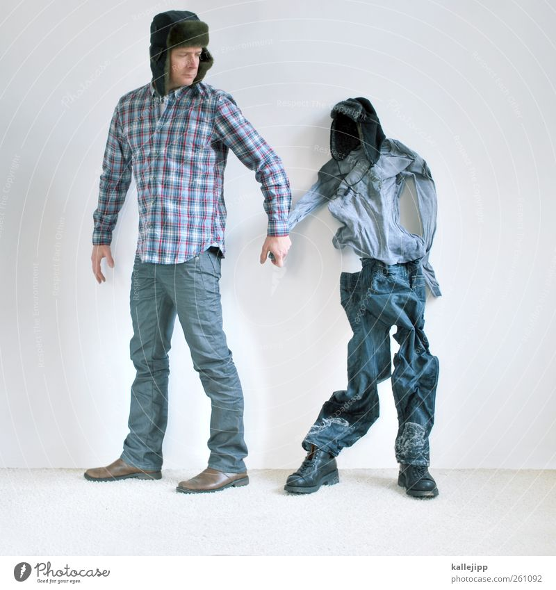 to catch a cold Mensch Mann Erwachsene Leben Körper 2 30-45 Jahre Mode Bekleidung Hemd Hose Schuhe Mütze weiß kalt bewegungslos leer Hülle Hand in Hand