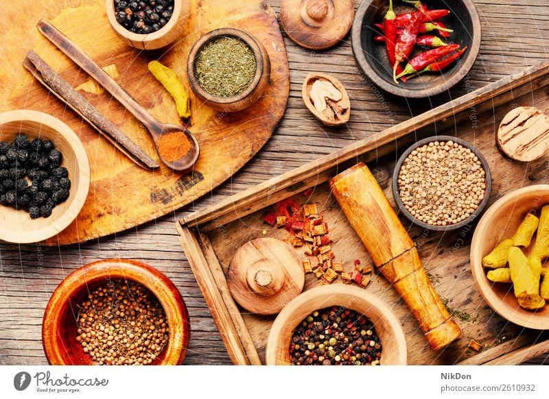 Gewürze auf einem Holzbrett Kraut Lebensmittel Paprika Essen zubereiten Peperoni Pulver Curry trocknen Inder Kurkuma Küche Zimt organisch farbenfroh