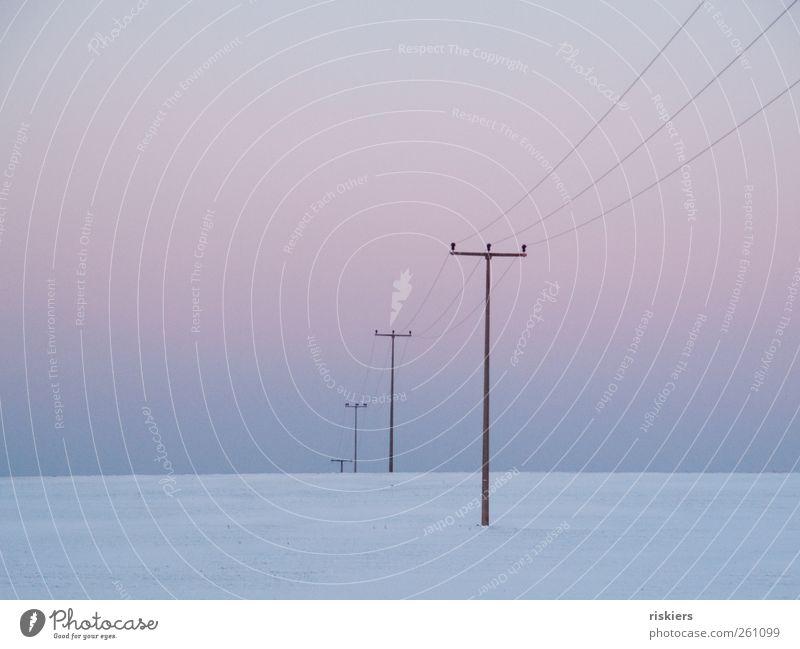 connection Landschaft Himmel Wolkenloser Himmel Winter Schnee Feld Menschenleer kalt trist ruhig minimalistisch Strommast Farbfoto Gedeckte Farben Außenaufnahme
