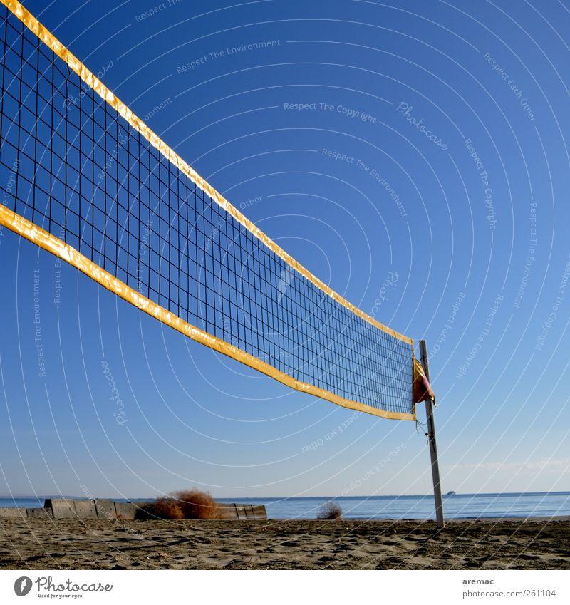 Nachsaison Sport Ballsport Volleyball Volleyballnetz Volleyballfeld Sand Himmel Wolkenloser Himmel Herbst Schönes Wetter Strand Spielen Farbfoto Außenaufnahme