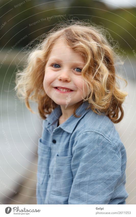 Glückliches Kleinkind mit langen blonden Haaren schön Gesicht Sommer Strand Meer Kind Mensch Baby Junge Mann Erwachsene Kindheit Umwelt Natur Pflanze Lächeln