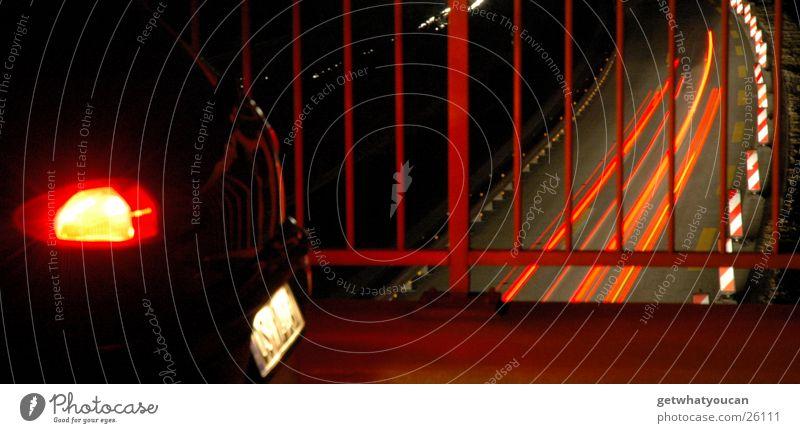 Kreuz und Quer das Lichtermeer Teil3 Autobahn dunkel rot weiß Nacht Ecke Langzeitbelichtung Geschwindigkeit Heck Nummernschild Verkehr PKW Geländer Angelköder